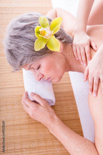 seniorin bei massage