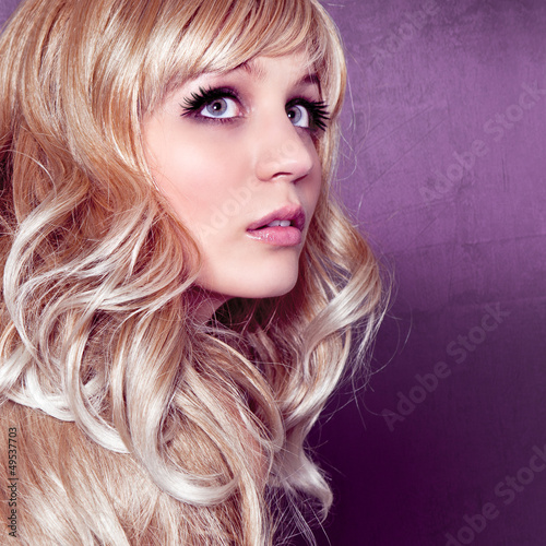 portrait blonde frau mit locken alterable 12 stockfotos und lizenzfreie bilder auf fotolia. Black Bedroom Furniture Sets. Home Design Ideas