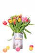 Tulpenstrauß mit Ostereiern isoliert