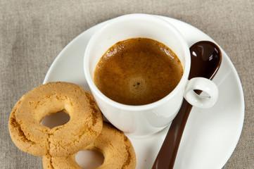 tazzina di caffè e due biscotti