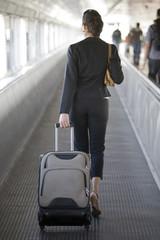 Geschäftsfrau am Bahnhof