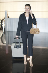Frau telefoniert nach Ankunft am Flughafen