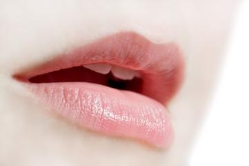 Bouche de jeune femme naturelle, semi-profil