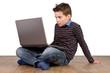 Konzentrierter Junge - Kind mit Notebook - Laptop auf dem Schoß