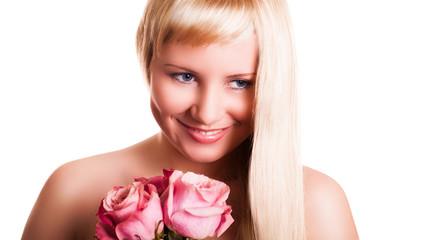 junge blonde Frau mit Rosen