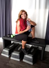 Lachende junge Frau im Fitnessstuido