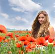 Frühling, Sommer: Junge, blonde Frau in Klatschmohnwiese