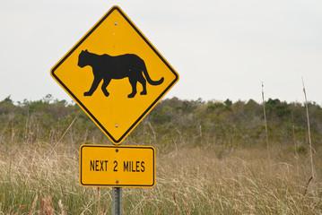 cartello stradale con felino feroce