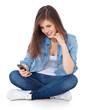Attraktives Mädchen nutzt ihr Handy
