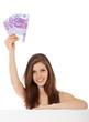 Attraktives Mädchen hält 1500 Euro