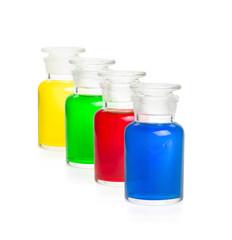 Vier Laborflaschen mit bunten Flüssigkeiten gefüllt