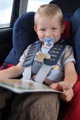 Kleinkind auf Reisen mit Nuckel und Teddy