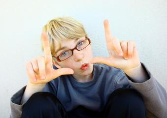 enfant à lunettes langage des signes
