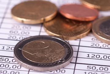 Monety euro ułożone na zestawieniu finansowym