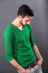 Junger Mann in geknickter Haltung