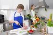 Mutter und Sohn kochen gemeinsam