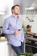 Feierabend - Mann trinkt entspannt ein Glas Wein