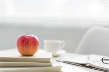 デスクの上に置かれたリンゴ