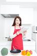 キッチンでタブレットを使う女性