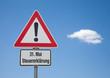 Achtung Schild mit Wolke 31. MAI STEUERERKLÄRUNG