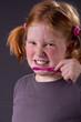Teen beim Zähneputzen