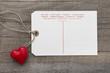 Ein Liebesbrief mit rotem Herz als Postkarte