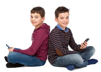 Zwei freundliche Teenager mit Smartphones