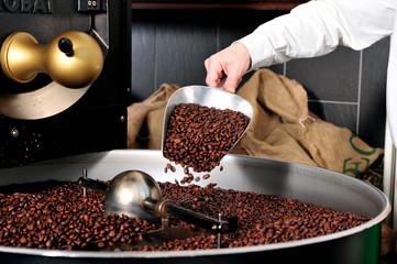 Kaffeerösten - Kaffee auf der Schaufel