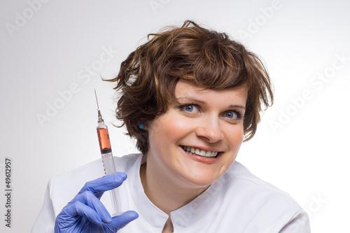 Verrückte Wissenschaftlerin hält Spritze