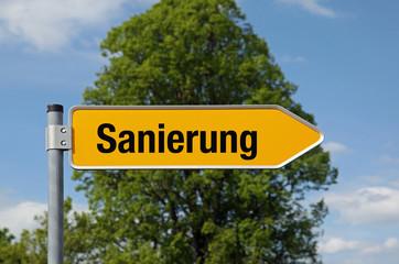 Gelber Pfeil mit Baum SANIERUNG