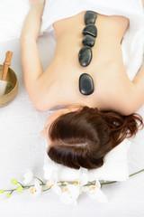 rückenmassage mit steinen