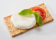 Crackers con mozzarella, tomato and basil