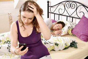 Junge Frau schnüffelt in Handy