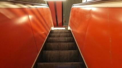 fahrt auf einer rolltreppe nach oben - escalator up