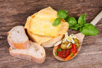 Gebackener Käse mit Antipasti und Weißbrot