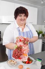 Frau bereitet ein Buffet mit Wurstwaren vor