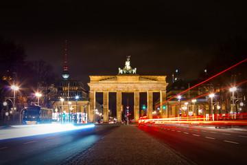 Brandenburger Tor und Straße des 17. Juni in der Nacht - Berlin