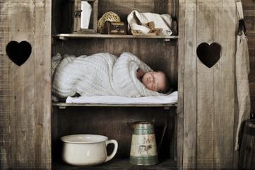 Baby im Schrank