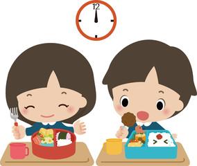 お弁当を食べる小さな男の子と女の子