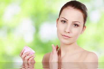 Hübsche Frau trägt Hautcreme auf - woman applies creme