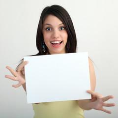 Giovane ragazza con cartello bianco