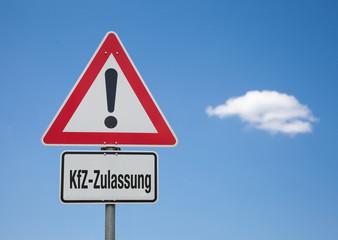 Achtung Schild mit Wolke KFZ-ZULASSUNG