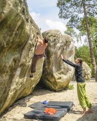 Zwei Sportler beim Bouldern