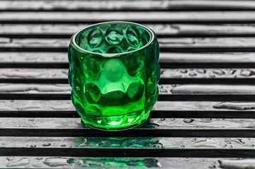 Grünes Glas mit Teelicht