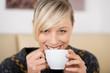 attraktive blonde frau mit kaffeetasse
