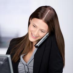 freundliche mitarbeiterin am telefon