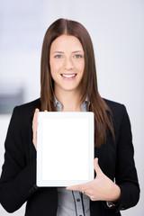 lächelnde frau im büro zeigt weißes schild