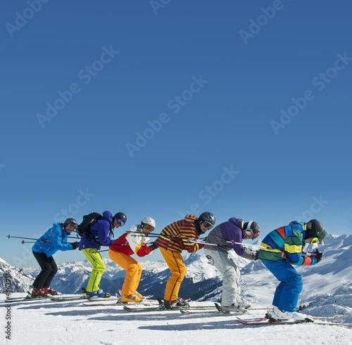 Gruppe Skifahrer in Abfahrtshocke