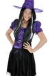 Junge Frau in Hexen-Kostüm