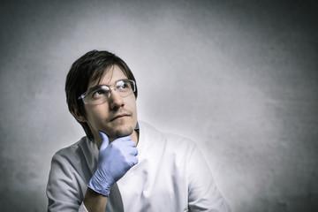 Ein nachdenklicher Forscher denkt nach